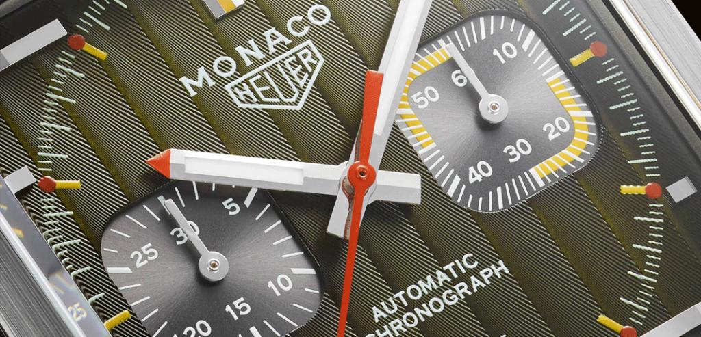 Detalhe do mostrador que coloca em evidência o padrão Côtes de Genève e as combinações cromáticas do Monaco Calibre 11 '1969-1979′ | © TAG Heuer